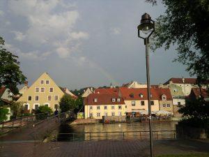 Regenbogen über Landshut am Abend